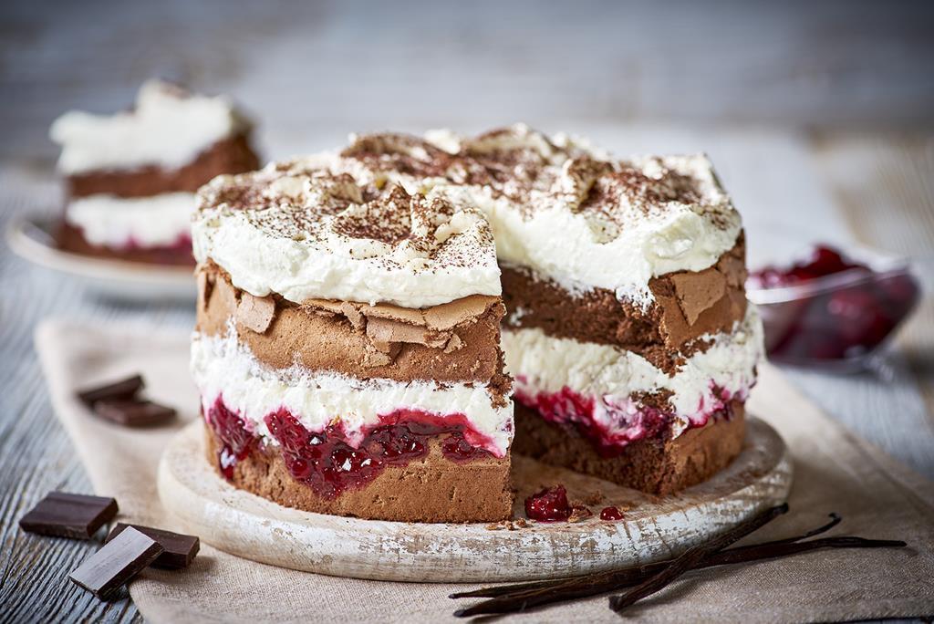 tort czekoladowy z wiśniami i kremem śmietankowym bez glutenu - Wszystkiego Słodkiego
