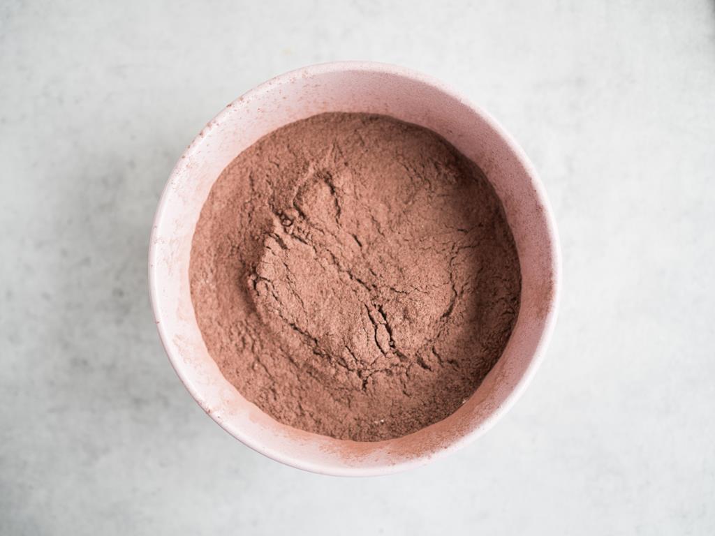 Mąka z proszkiem do pieczenia i kakao.