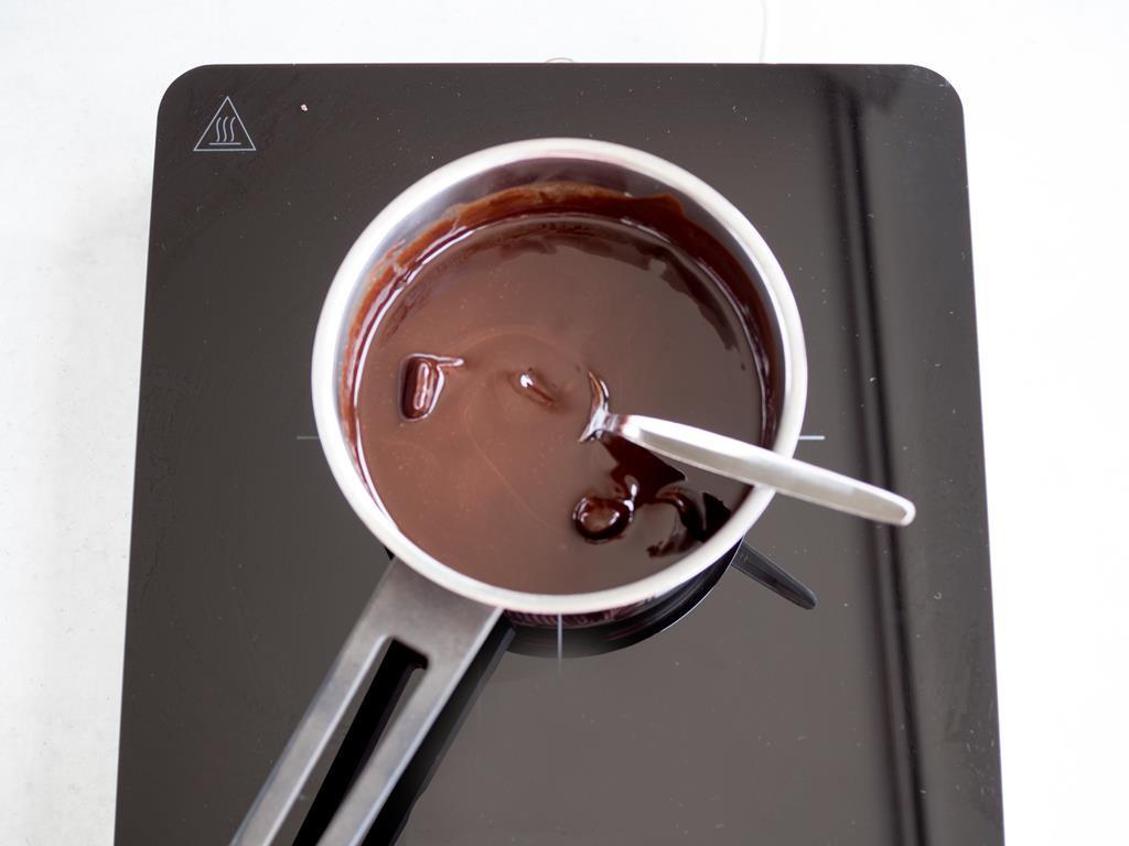Rozpuszczona czekolada w garnku.