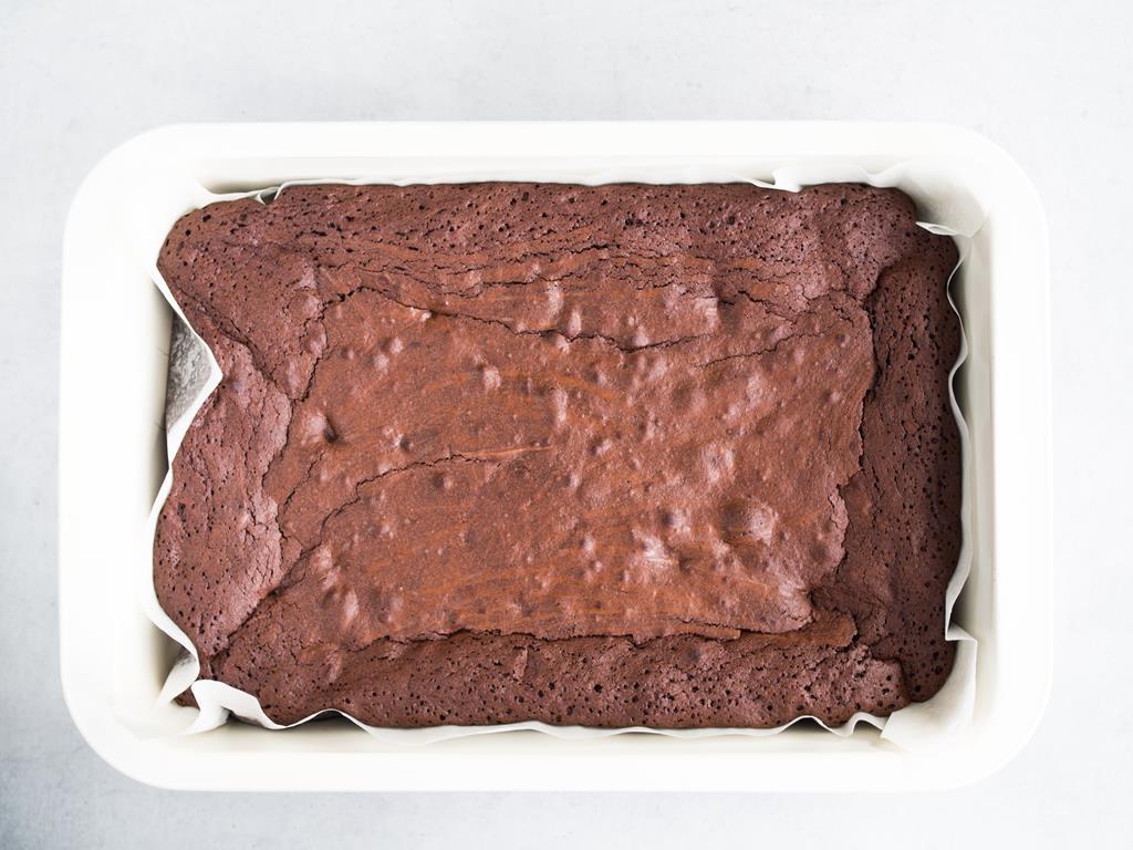 Upieczone brownie w prostokątnej foremce.