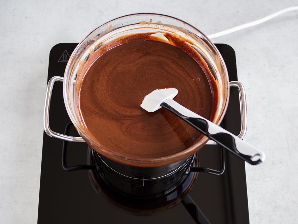 Masa czekoladowa w żółtkami i żelatyną podgrzewana nad parą wodną