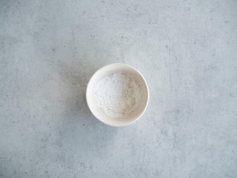 Mąka ziemniaczana w miseczce.