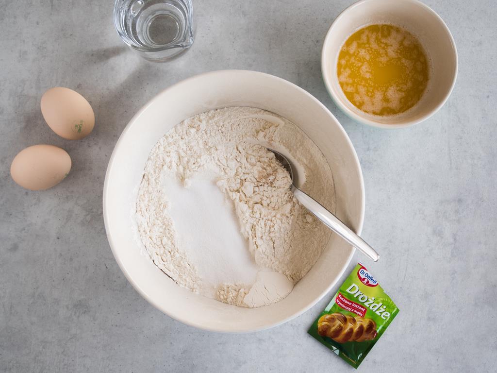 mąka w misce z suchymi drożdżami