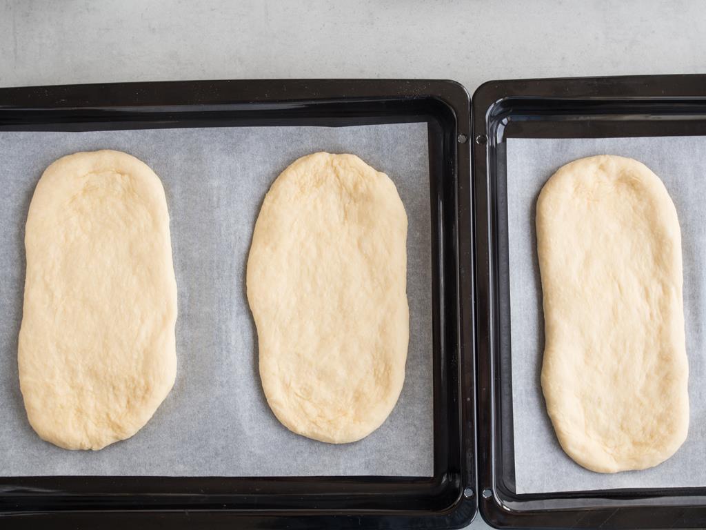 uformowane ciasto drożdżowe na blaszce