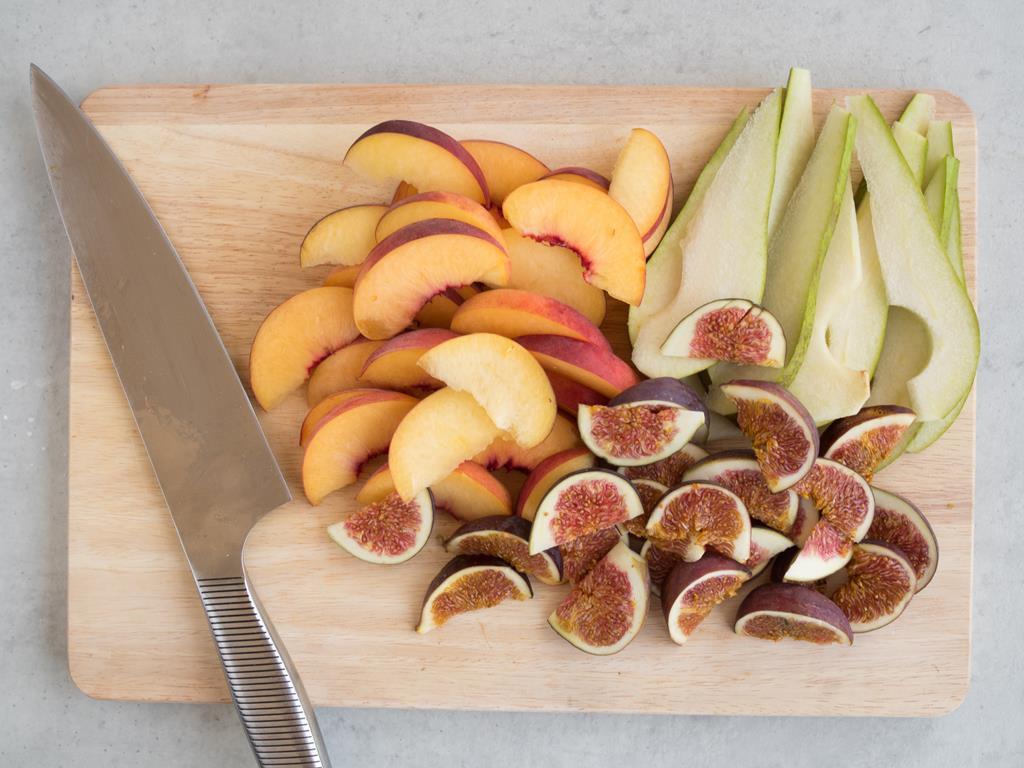 pokrojone owoce na desce dewnianej