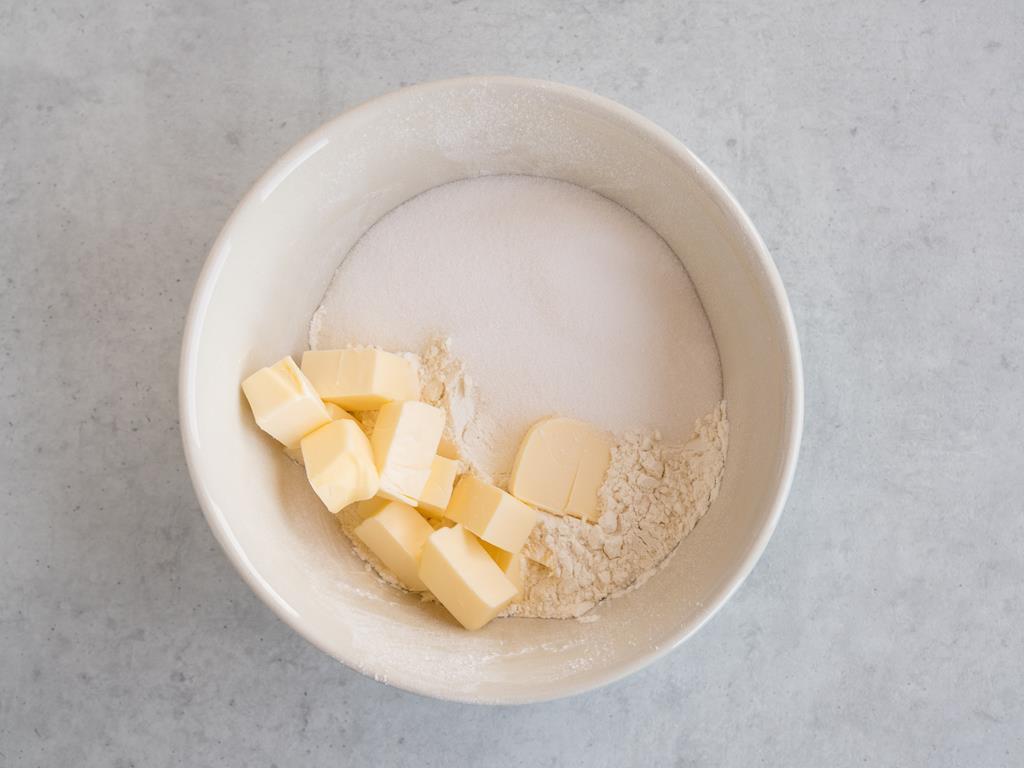 pokrojone masło z cukrem i mąką w miseczce