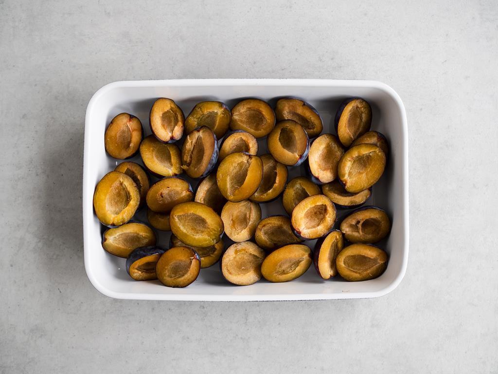 śliwki wegierki w naczyniu żaroodpornym
