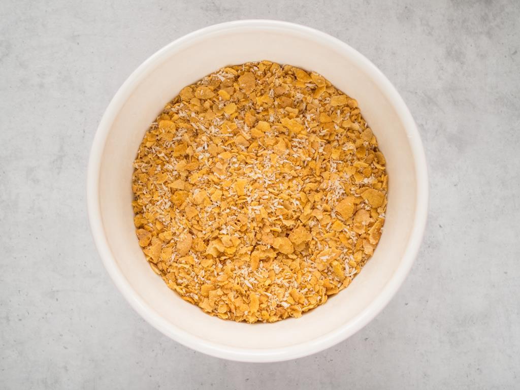 pokruszone płatki kukurydzianiane z dodatkiem wiórków kokosowych