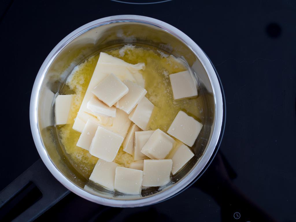 masło pokrojone na kawałki rozpuszczane na płycie indukcyjnej
