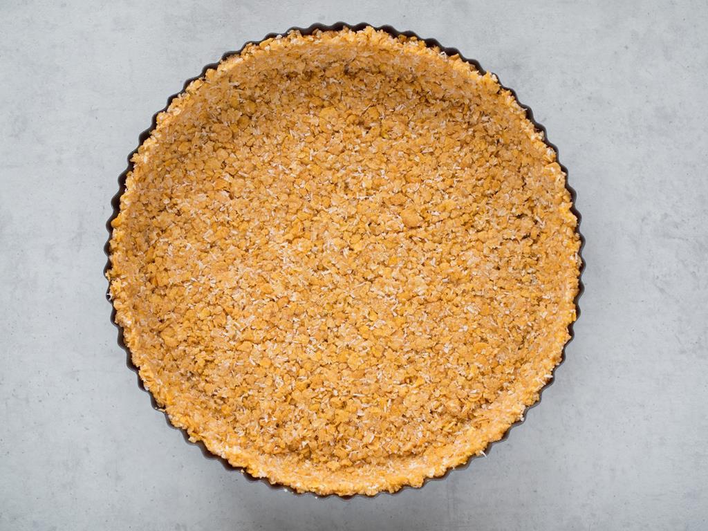 spod do tarty z płatków kukurydzianych i białej czekolady w formie do tarty