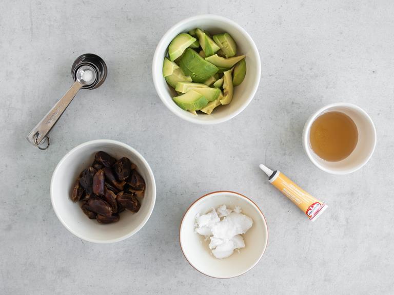 Namoczone daktyle, pokrojone awokado, olej kokosowy i syrop z agawy