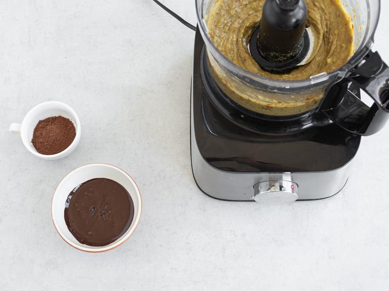 Rozpuszczona czekolada i kakao dodane do zblendowanej masy