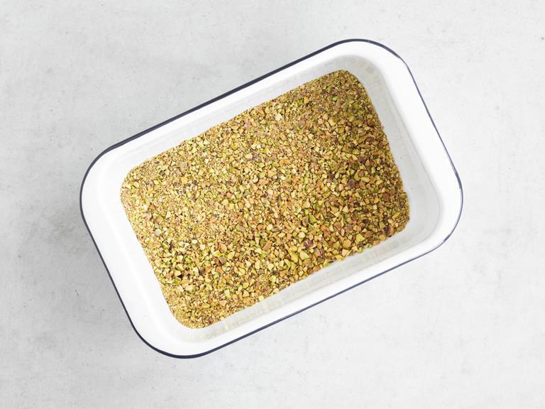 Pokruszone pistacje na blaszce