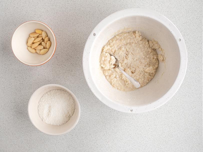 Migdały, wiórki kokosowe i masa z orzechów nerkowaca w osobnych miseczkach