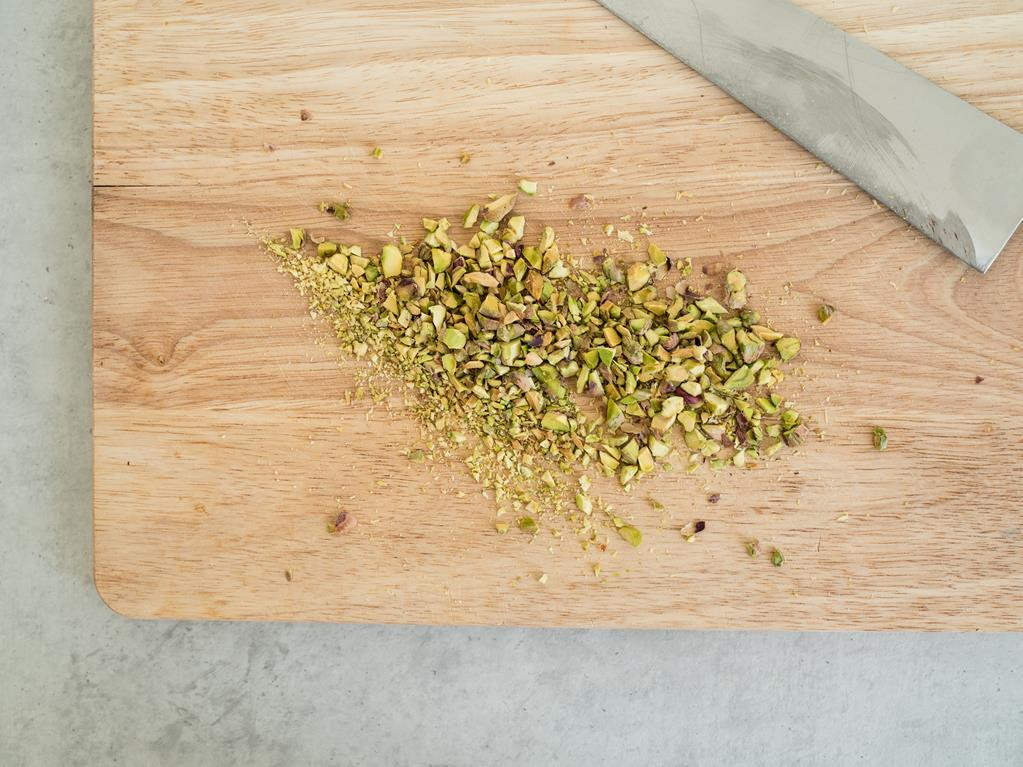 pokrojone pistacje na desce do krojenia