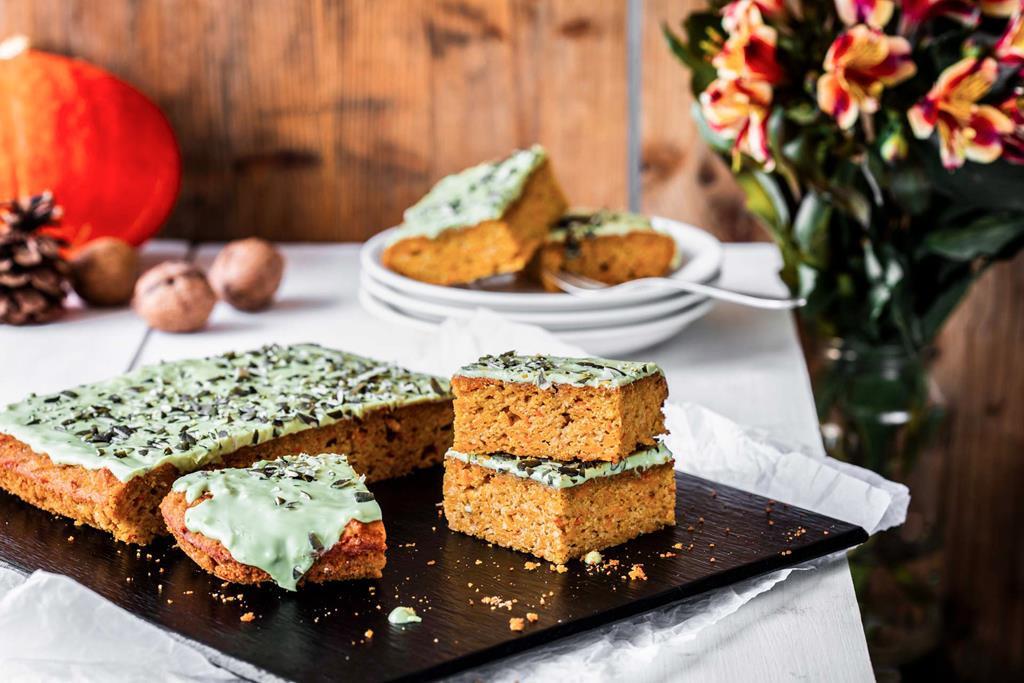 pokrojone ciasto z dyni polane polewą z dyni i białej czekolady