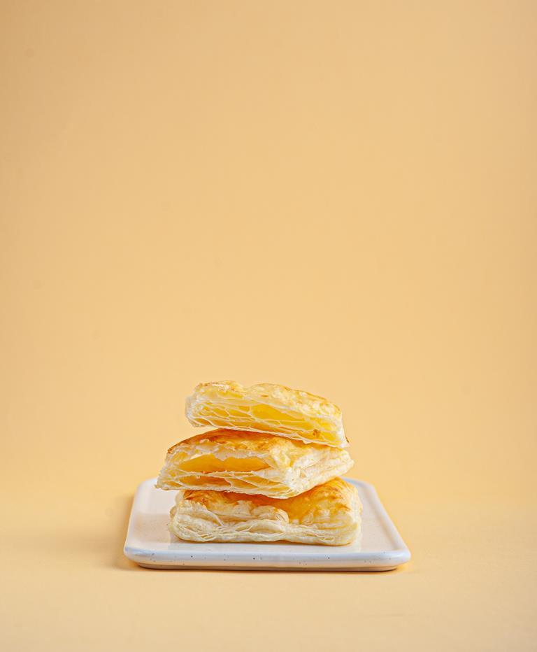 Ciasta francuskie na białej paterze.