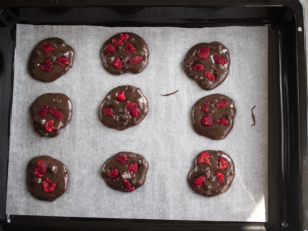 ciasteczka czekoladowa wyłożona na blaszce