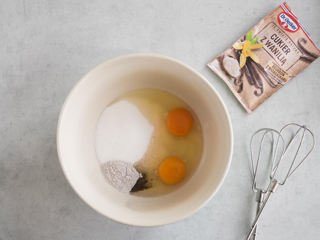 w misce jajka z cukrem i cukrem z wanilią
