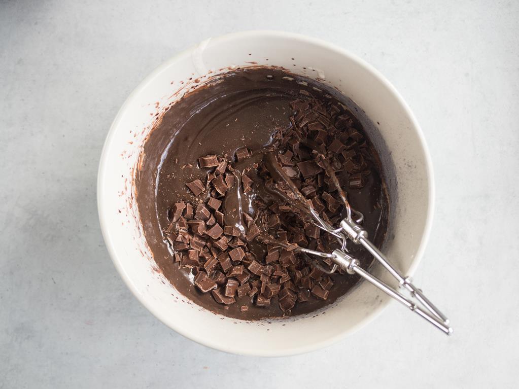 w misce masa na ciasteczka czekoladowe