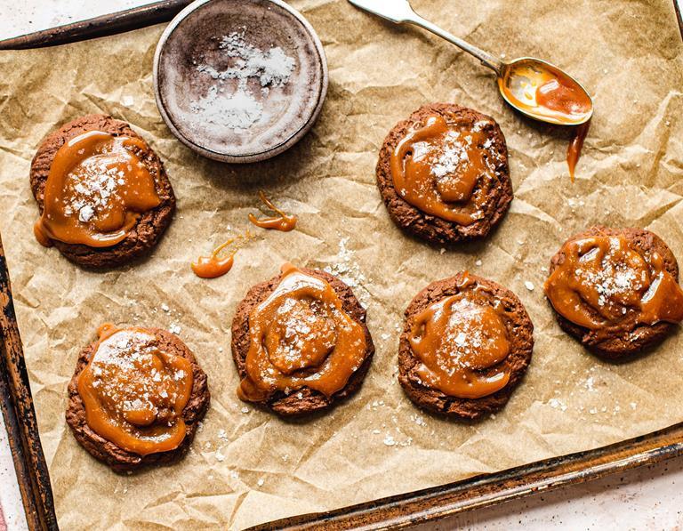 czekoladowe ciastka ze słonym karmelem na papierze do pieczenia