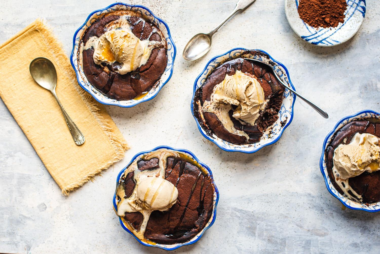 Pieczone puddingi czekoladowe w osobnych ramekinach podane z lodami i sosem toffi