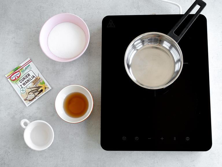 Cukier, woda i syrop z agawy w osobnych miseczkach.  Cukier bezglutenowy z wanilią w opakowaniu.