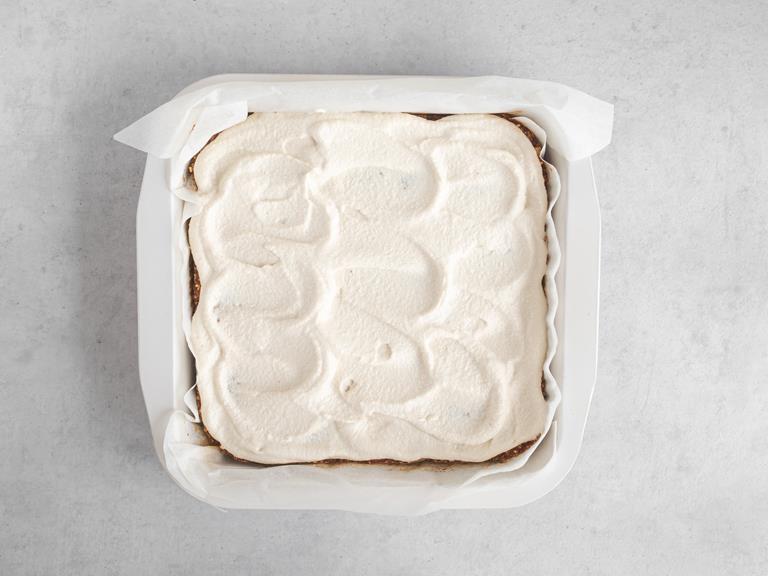 Krem z nerkowców nałożony na ciasto marchewkowe.