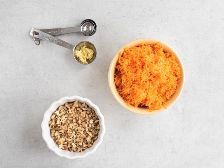 Starta marchewka, imbir i posiekane orzechy włoskie.