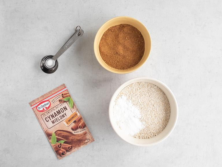 Cynamon mielony, cukier kokosowy, zmielone płatki owsiane, proszek do pieczenia, soda i szczypta soli.