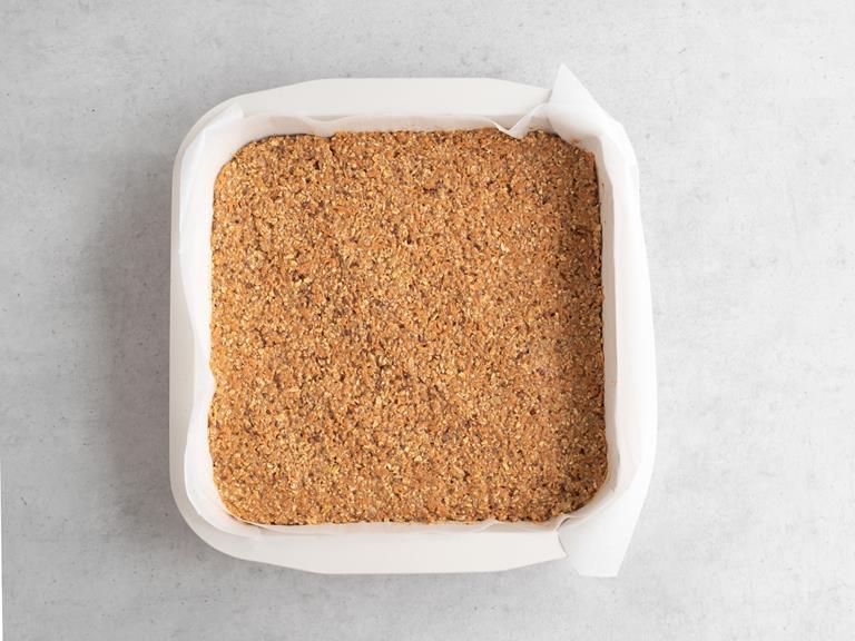 Ciasto marchewkowe przełożone do formy.