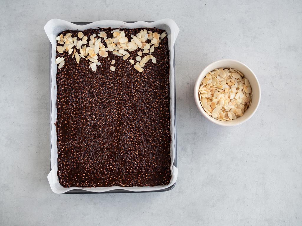 masa czekoladowo-jaglana z prażonymi migdałami