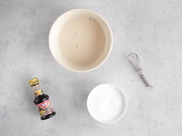 Skrobia kukurydziana, mleko migdałowe w miseczkach oraz ekstrakt z wanilii.
