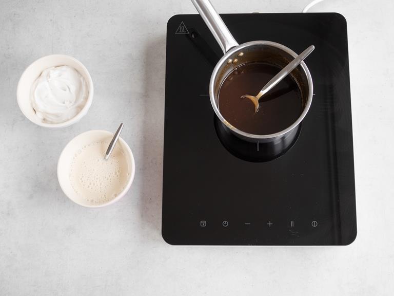 Mleko kokosowego i wymieszane z ekstraktem waniliowym i skrobią kukurydzianą mleko migdałowe. Obok w garnku karmel.