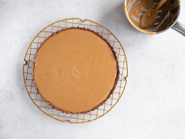 Krem karmelowy wyłożony na czekoladowy spód.