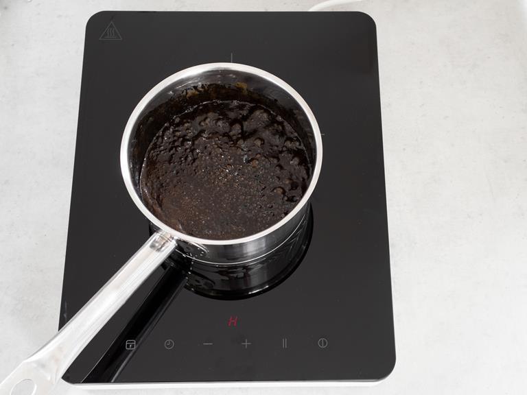 Czarny karmel w garnku.