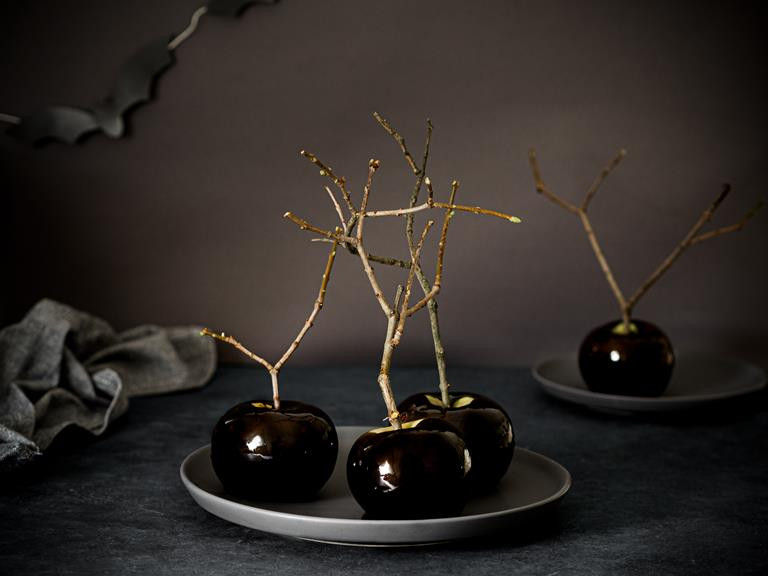 Jabłka w czarnym karmelu na halloween z nietoperzami.