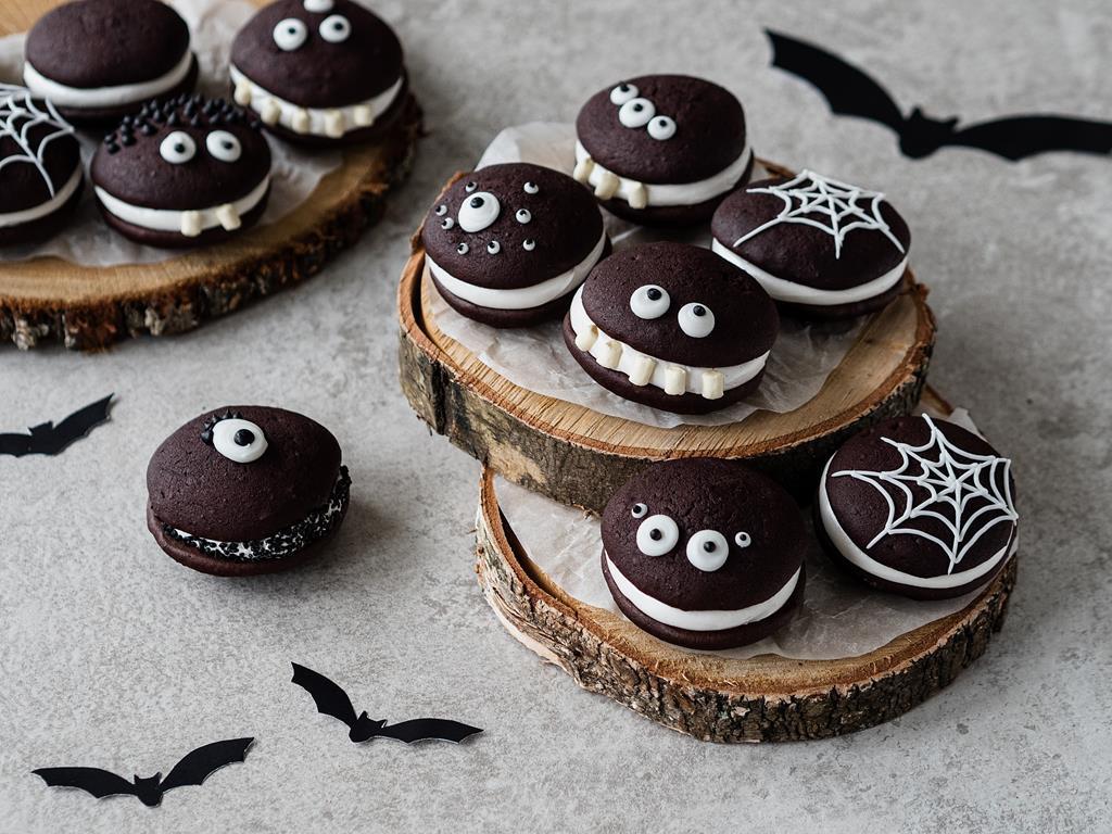 czekoladowe Whoopie Pies z piankowym nadzieniem na Halloween
