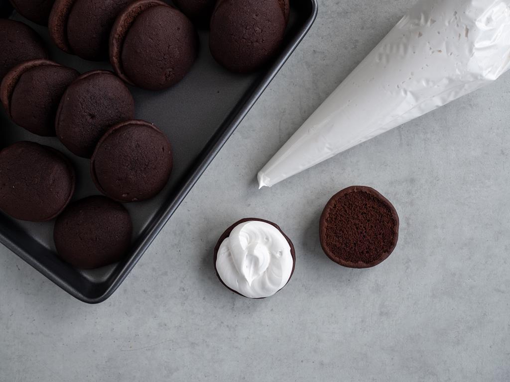 czekoladowe ciasteczka przekładane piankowym kremem