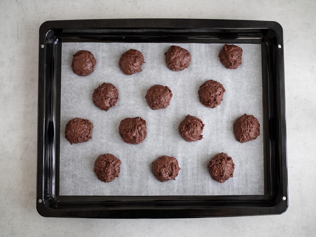 porcje ciasta na ciasteczka czekoladowe