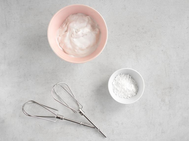 Śmietanka kokosowa oraz cukier puder w miseczkach.