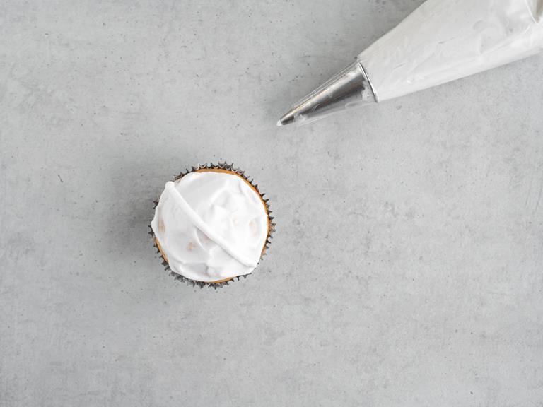 Babeczka z kremem kokosowym i rękaw cukierniczy.
