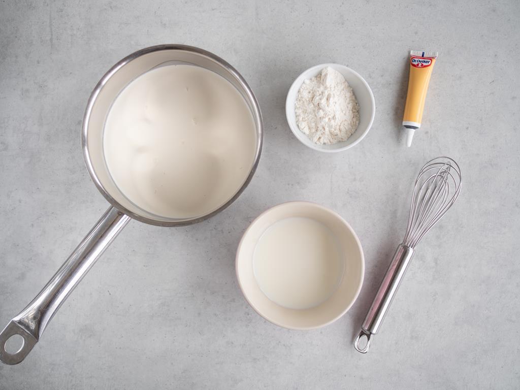 śmietanka, pasta z wanilii Dr. Oetkera, mleko i mąka