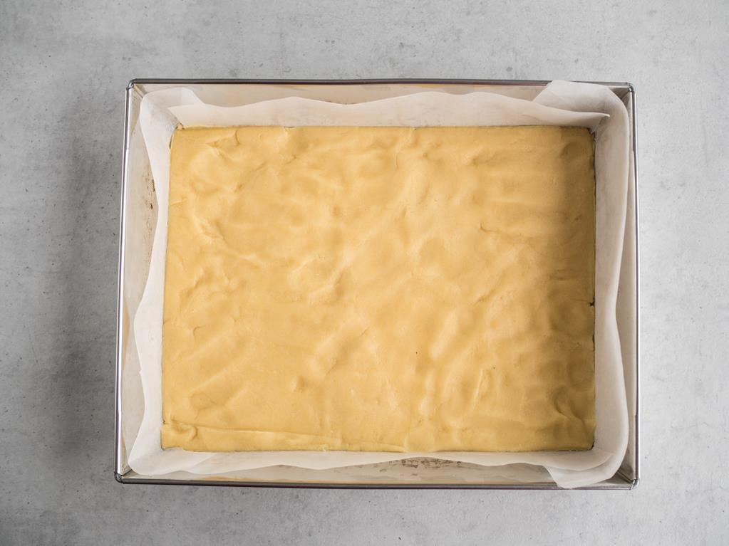 nieupieczone kruche ciasto wyłożone na dnie formy