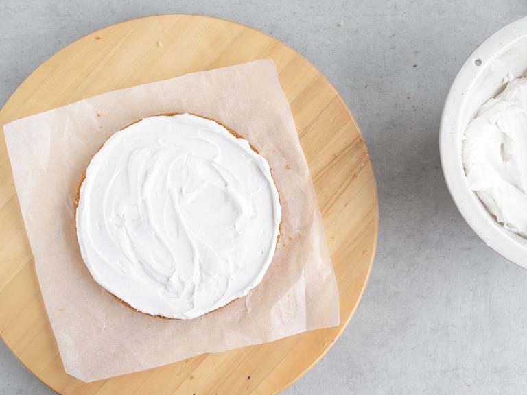 Część kremu kokosowego, wyłożona na blat ciasta.