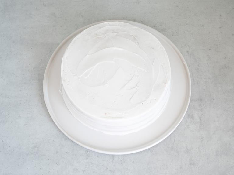 Obłożony kremem kokosowym tort.
