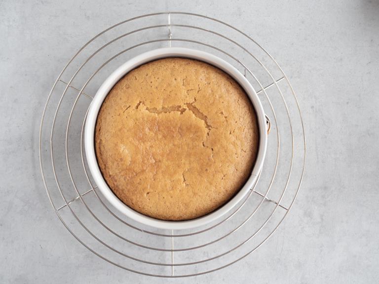 Upieczone ciasto w formie, na kratce do pieczenia.