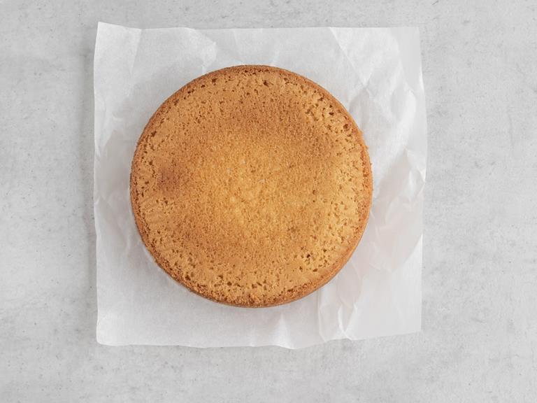 Upieczone ciasto na papierze do pieczenia.