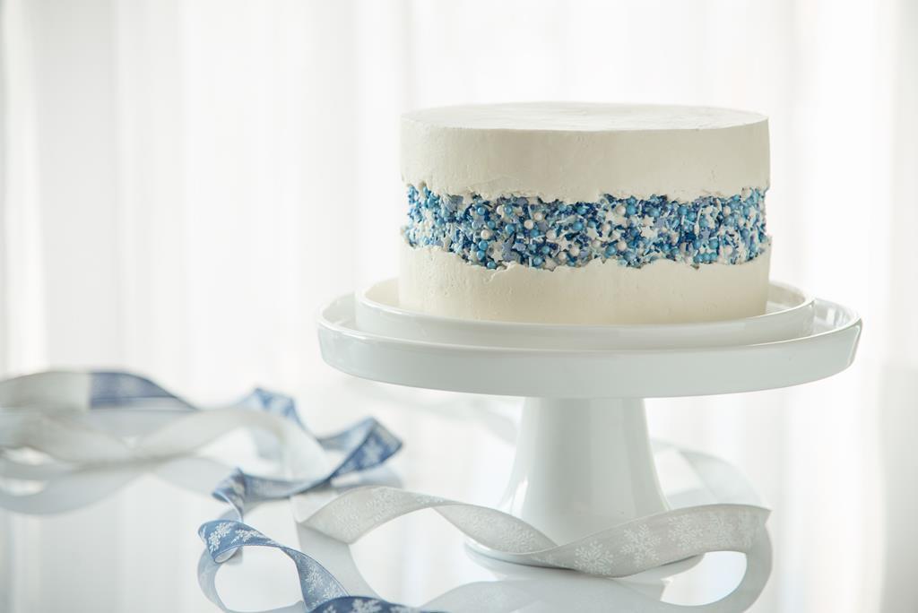 tort lodowy z prostą dekoracją z posypek jak z krainy lodu