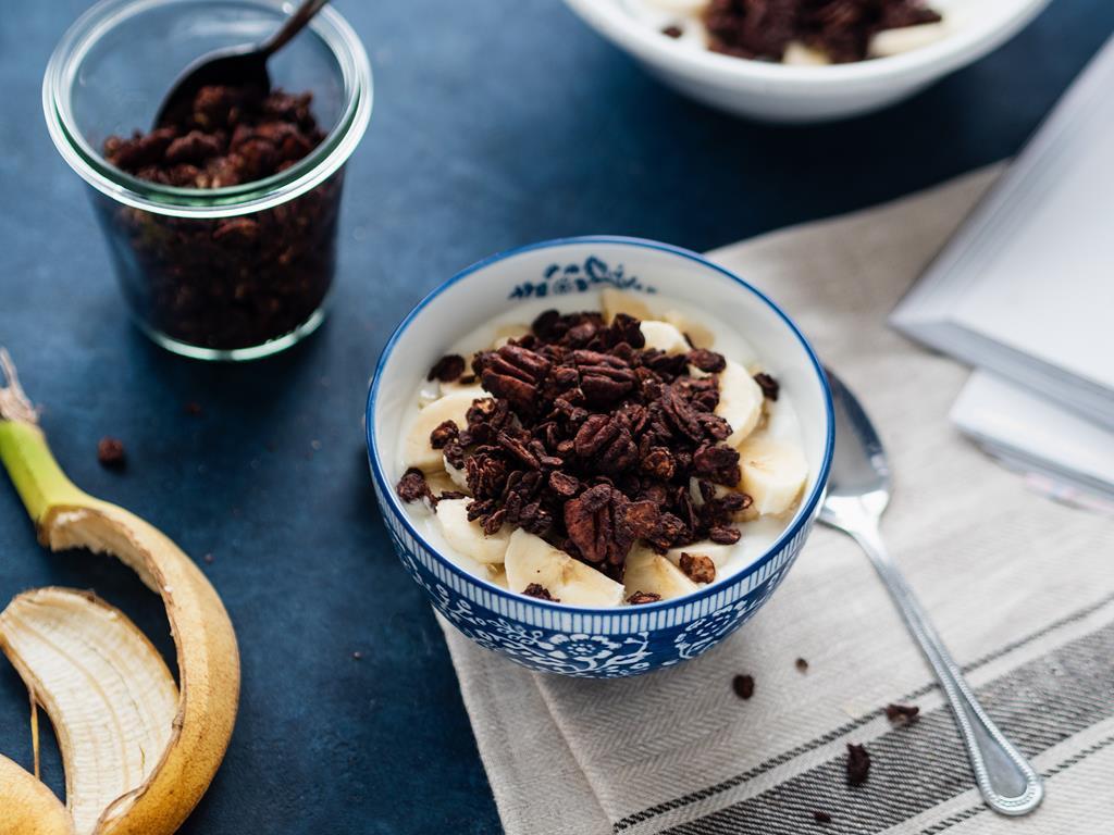 granola czekoladowa z orzechami pekan na sniadanie z jogurtem i bananami